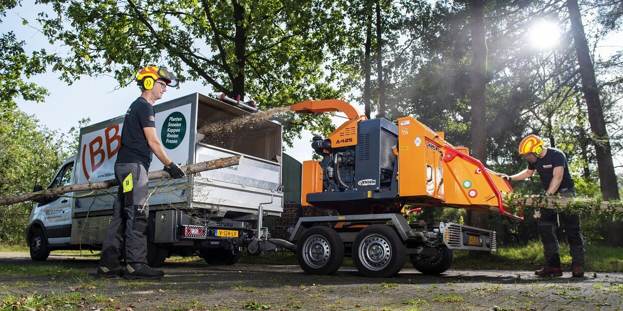 Specialisten in boomverzorging (BB)bomenhout versnippert het hout.